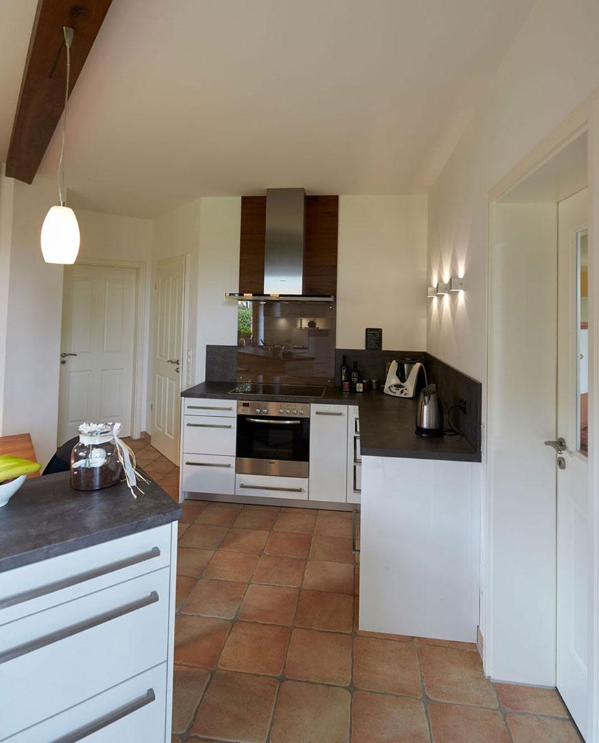 Ergebnis Küche Blick in den Kochbereich mit Arbeitsflächen