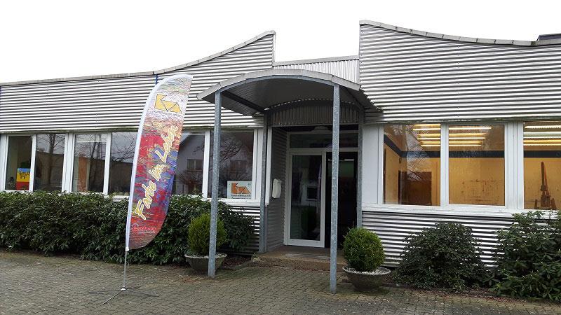Eingang Kunstschule mit Beachflag