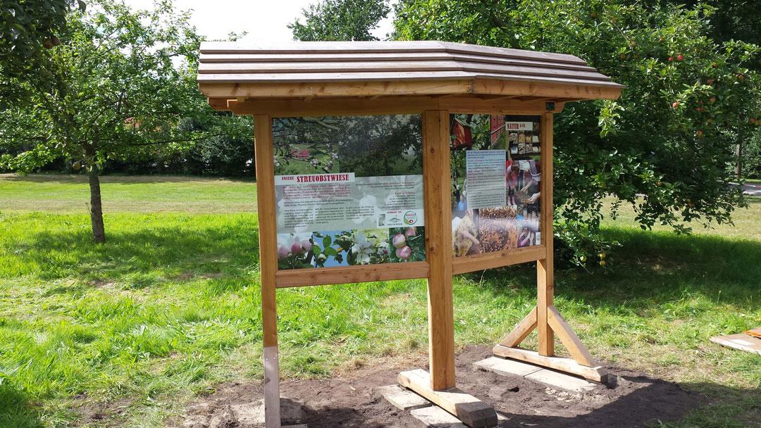 Infotafeln im Holzständer - Streuobstwiese Achimer Golfclub