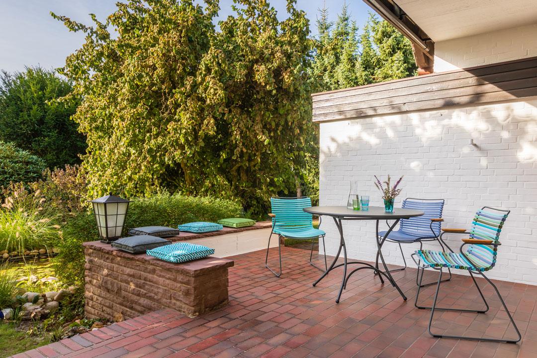 Blick auf die Terrasse Mobiliar und Sitzkissen