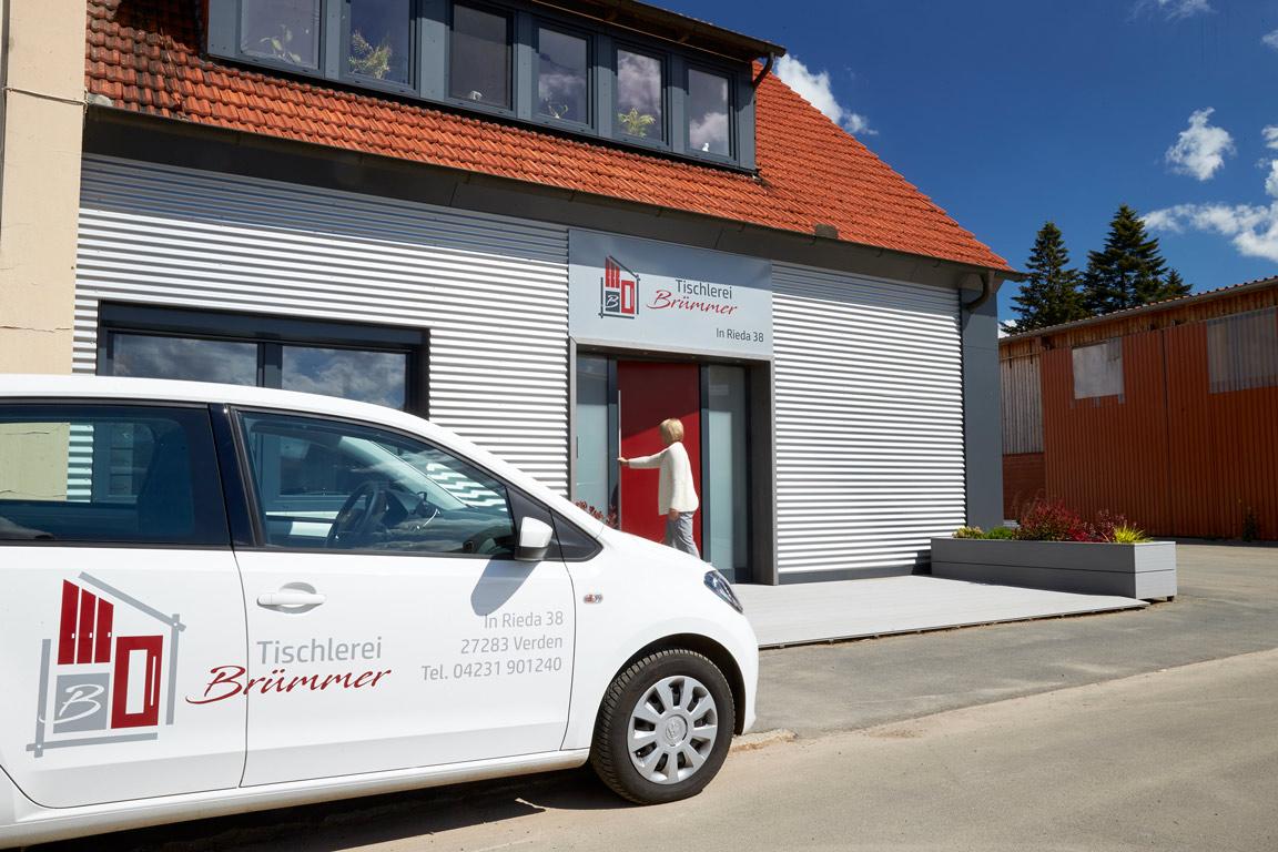 doppelpunkt design Autobeschriftung und Schild Tischlerei-Bruemmer-Eingang